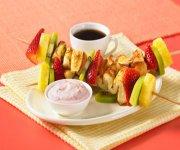 Kébabs de pain doré et de fruits avec trempette