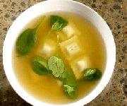 Potage aux raviolis et épinards